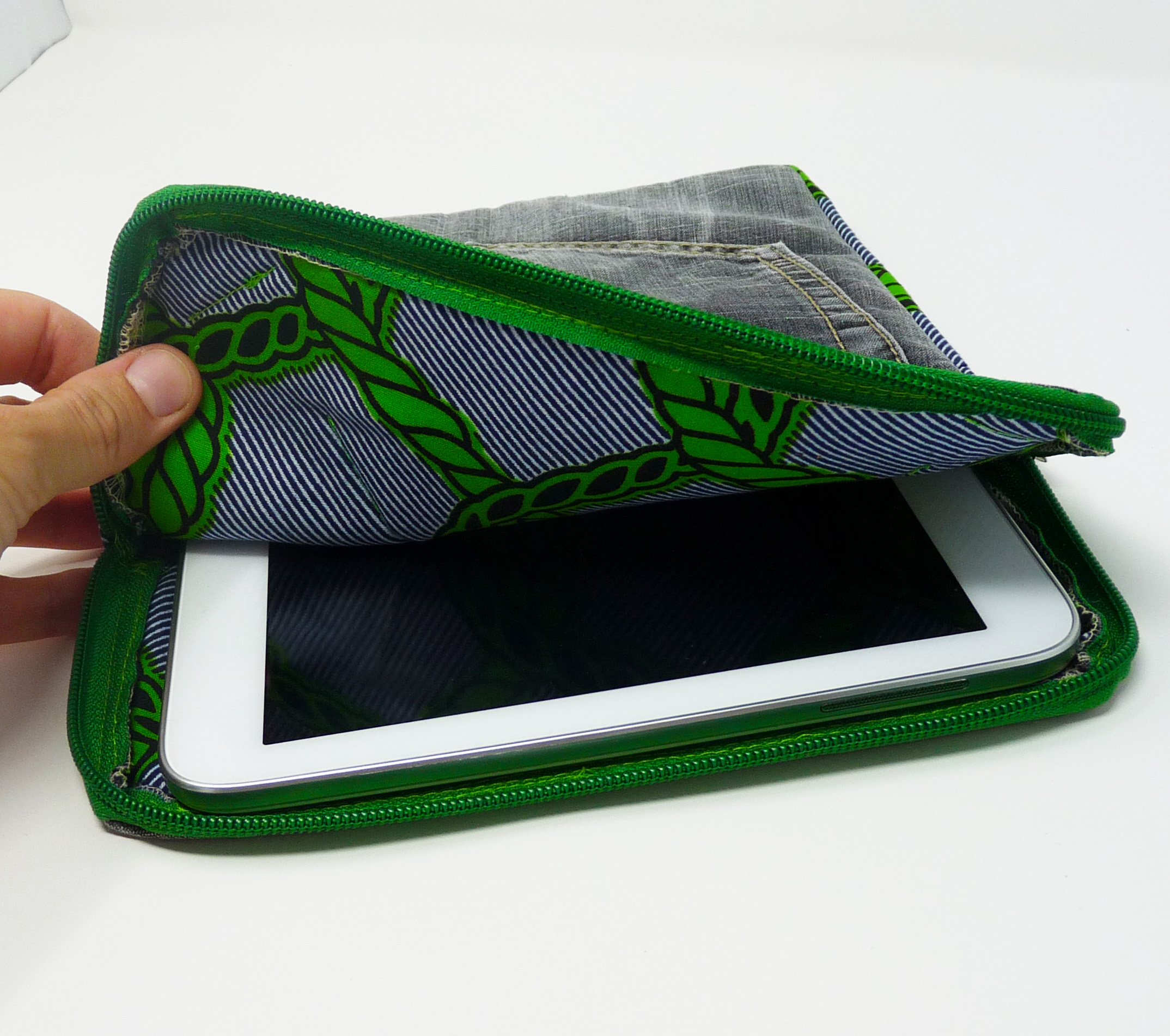 Pochette pour tablette en jeans noir et pagne vert et noir