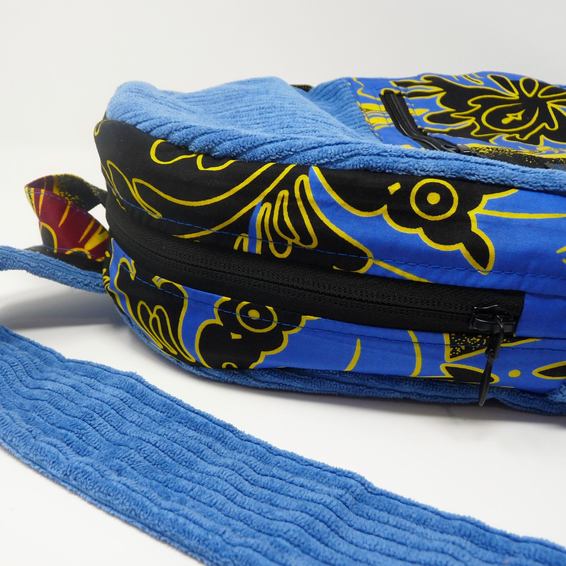 Sac à dos en velours bleu et wax noir à fleur bleue