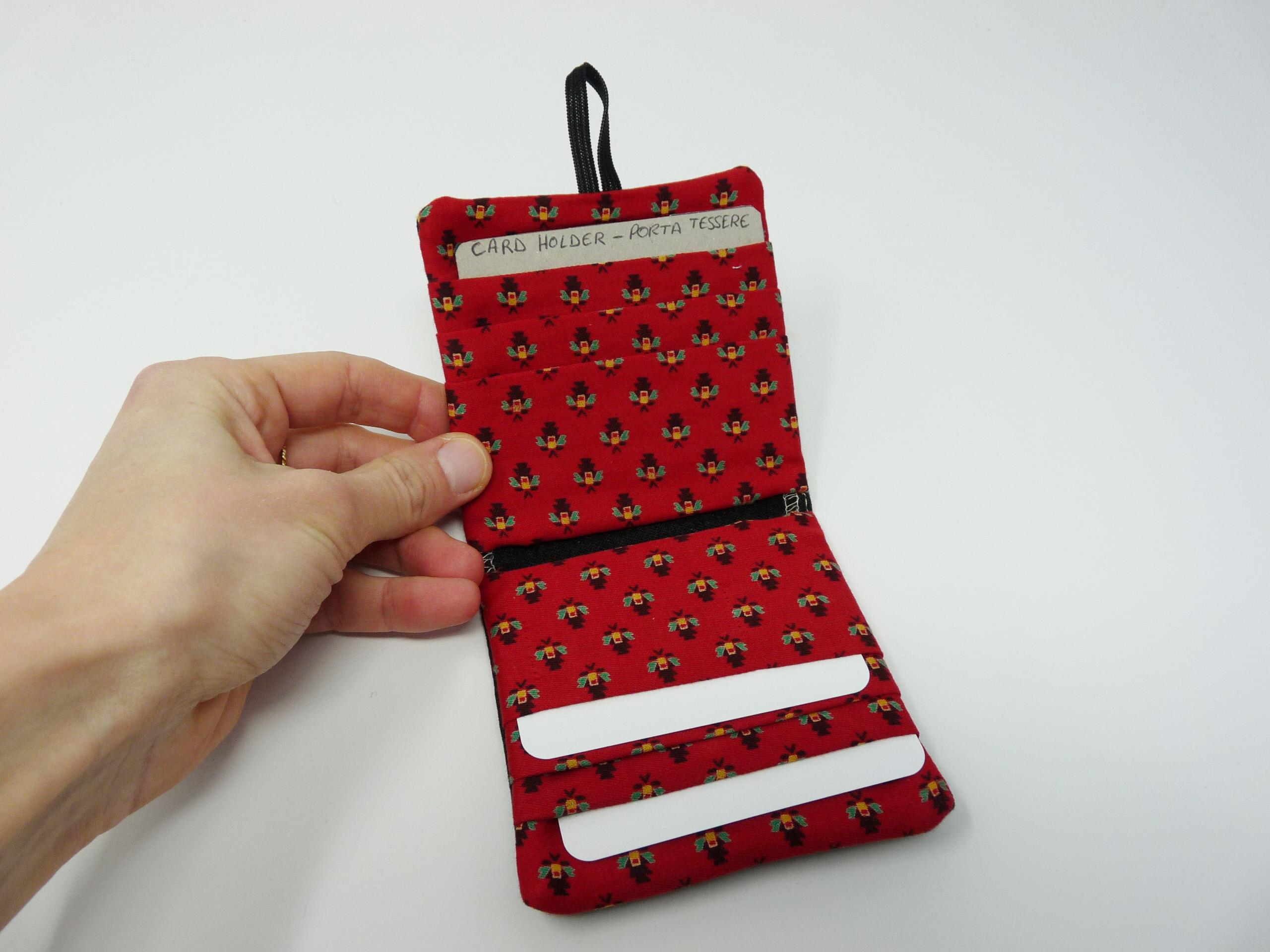 Porte-cartes en tissu rouge