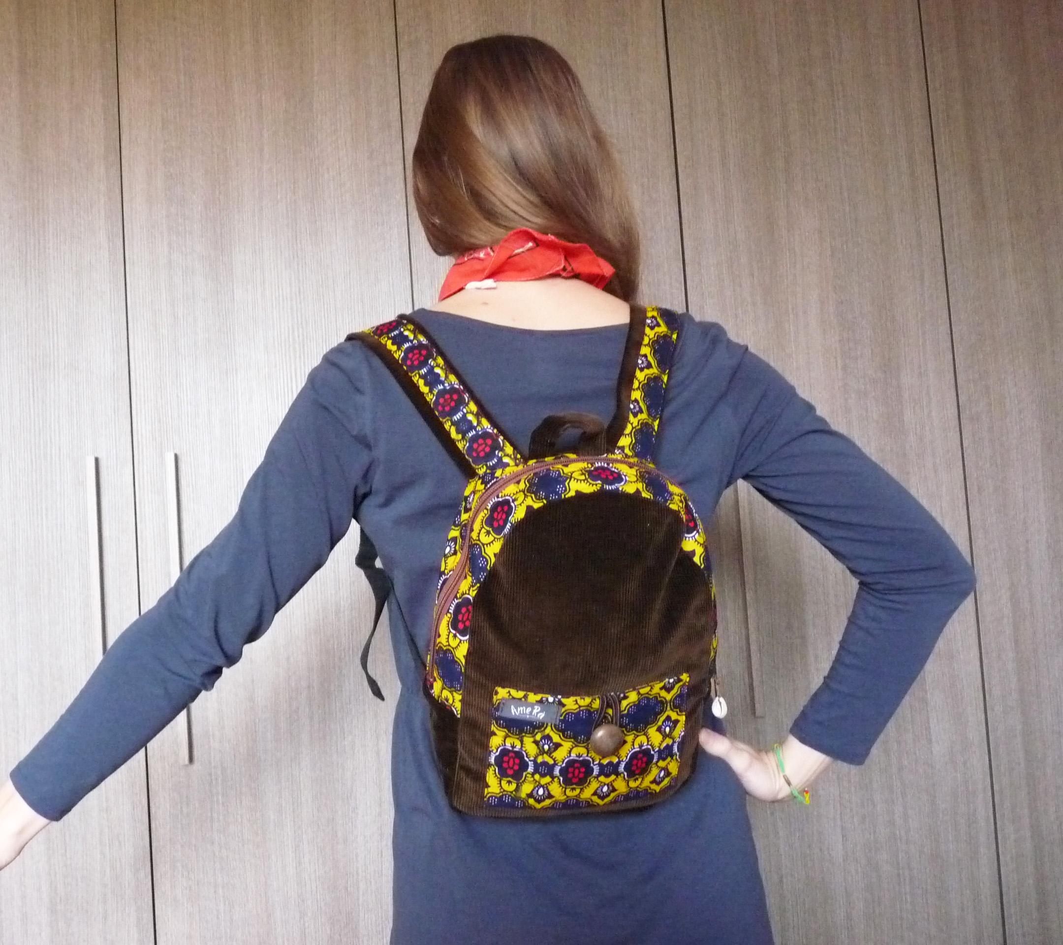 Petit sac à dos en velours marron et wax jaune